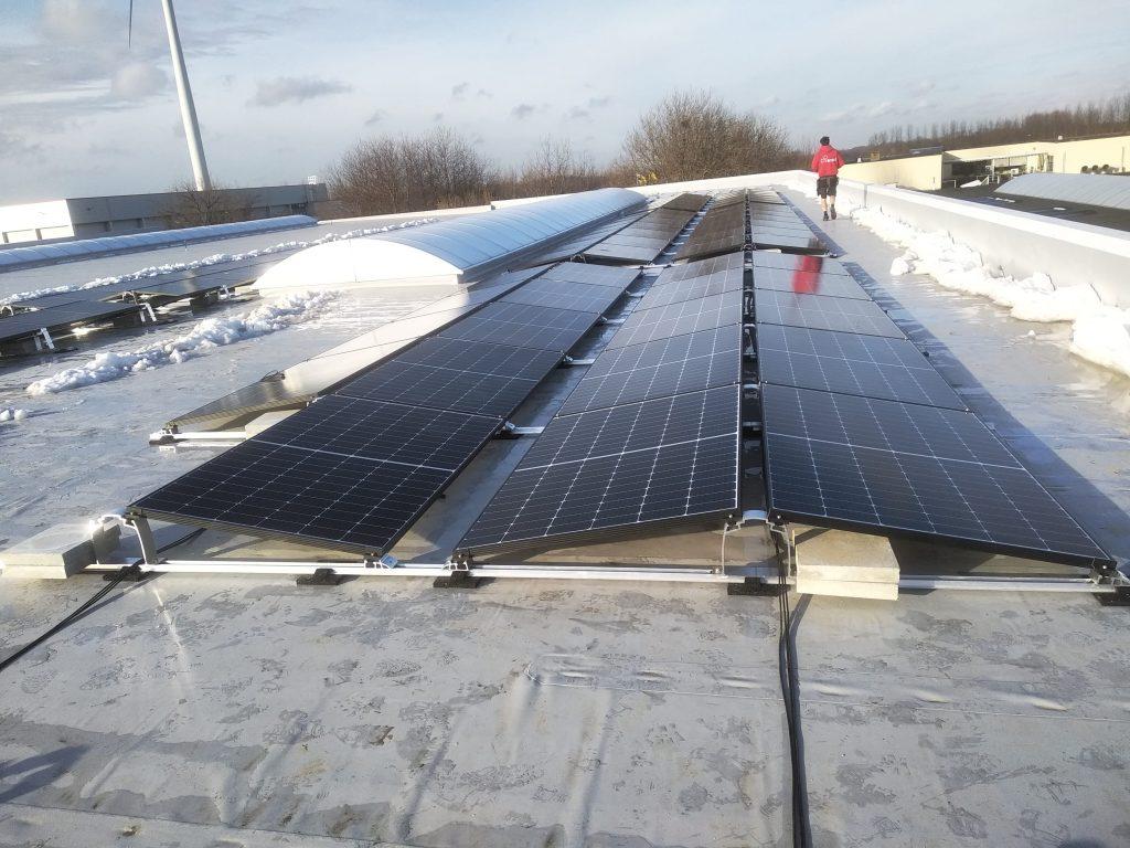 Rensol realisatie met zonnepanelen op het dak van het bedrijf Contimac in Mollem