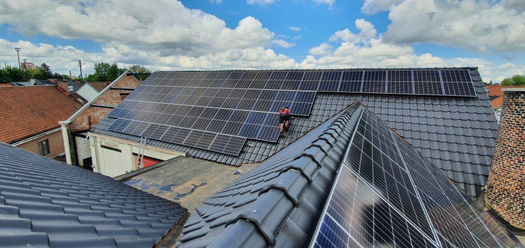 Rensol realisatie met zonnepanelen op het dak van het bedrijf De Schuur in Gent