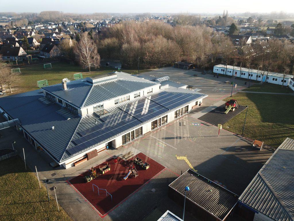 Rensol realisatie met zonnepanelen op het dak van de gemeentelijke basisschool Sint-Brixius Rode in Meise