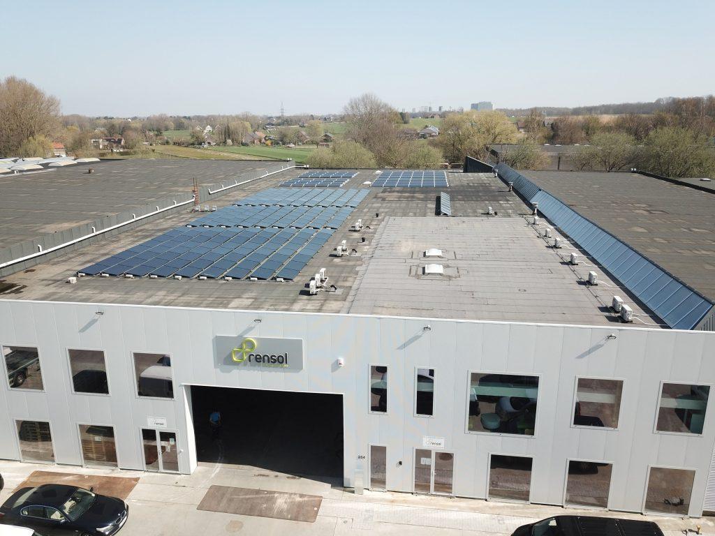 Het Rensol hoofdgebouw in Relegem met zonnepanelen op het dak