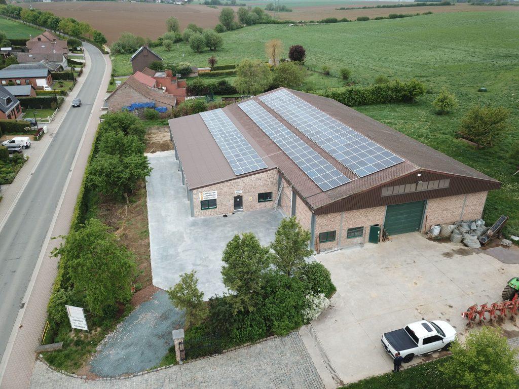 Rensol realisatie van een landbouwbedrijf Van Dooren met zonnepanelen op het dak in Relegem