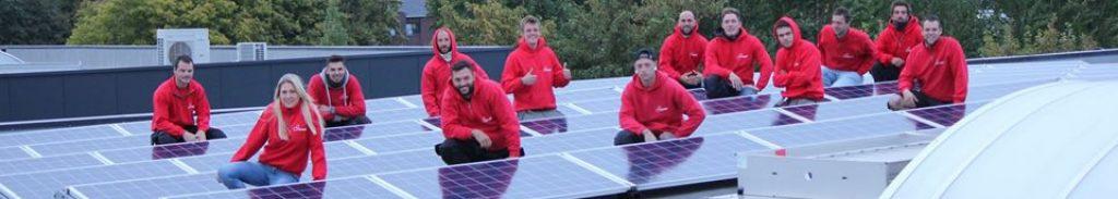 Team van installateurs Rensol tussen zonnepanelen