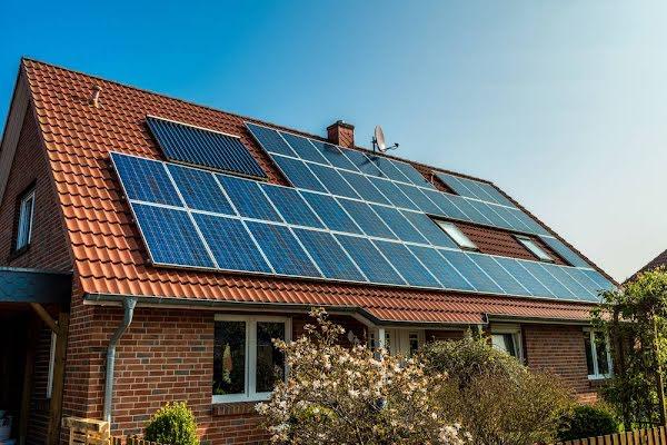 Zonnepanelen op het dak van een huis met dakpannen