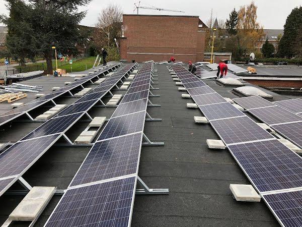 Rijen van zonnepanelen op een plat dak