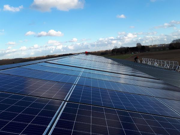 Lange rij van zonnepanelen op een dak